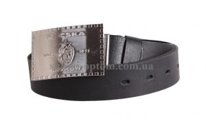 Кожаный ремень с серебристой бляхой